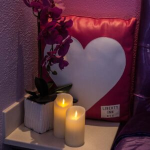 candles_flowers_romantic_pillows